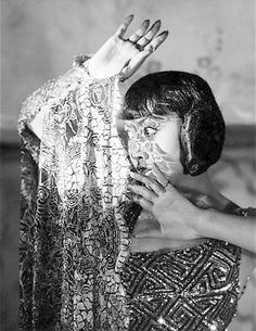 Hollywood's First Chinese American Movie Star Anna May Wong - All China Women's Federation Vintage Hollywood, Classic Hollywood, Hollywood Stars, Anna May, Old Hollywood Actresses, Ice Queen, Silent Film, Star Fashion, Marilyn Monroe