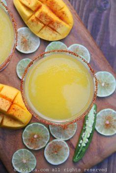 Margaritas de mango con chiles serranos