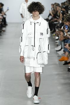 See all the Collection photos from Christopher Raeburn Spring/Summer 2017 Menswear now on British Vogue Sport Fashion, Look Fashion, Runway Fashion, High Fashion, Fashion Show, Mens Fashion, Fashion Design, Fashion Trends, Cheap Fashion