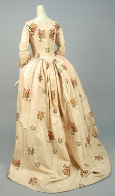 LOT 530 SILK BROCADE ROBE a L'ANGLAISE, CANADIAN, 1750 - 1775. - whitakerauction
