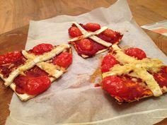 Maak deze leuke pizzamijters als heerlijk tussendoortje of lunch. Klein en groot die Sinterklaas een leuk feest vinden, zullen dit fantastisch vinden! #recept