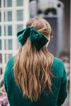 Lazo Anette -MaxMaxi lazo de terci terciopelo verde Anette - C in 2020 Headband Hairstyles, Messy Hairstyles, Diy Hair Accessories, Ribbon Hair, Hair Trends, Her Hair, Hair Pins, Natural Hair Styles, Hair Makeup