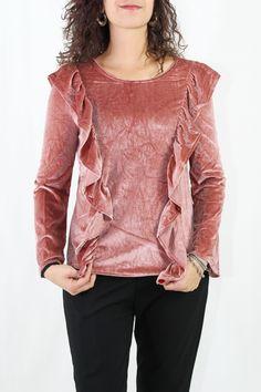Fantástica camiseta de manga larga de terciopelo, la tendencia de este invierno. Los volantitos vienen tanto en la parte delantera como en la trasera.