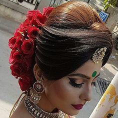 Thinking Indian bridal outfits? Go ahead and check out the best Ethnic Indian wear outfit ideas for weddings in Let your roots make you look glamrous. Bridal Hairstyle Indian Wedding, Bridal Hair Buns, Bridal Hairdo, Indian Bridal Outfits, Indian Wedding Hairstyles, Indian Bridal Makeup, Bride Hairstyles, Long Hairstyles, Engagement Hairstyles