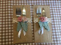 Porta posate in iuta decorati con rose e foglie realizzate all'uncinetto, rustici e shabby chic #portaposate #eventi #cene matrimonio #tavola #iuta #shabby #rustico