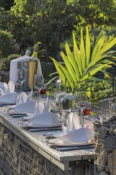 All guests enjoy half board at Shanti Maurice. The culinary art is sacred at Shanti Maurice, an unforgettable mix of inherent and artisanal experiences. Half Board, Culinary Arts, Just Go, Sun Lounger, Table Decorations, Beach, Outdoor Decor, Chaise Longue, The Beach