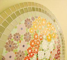 Tampo de mesa em MDF revestido na lateral com pastilha de vidro e centro mosaico com azulejos. R$ 500,00