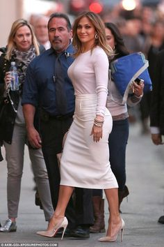 Jennifer Lopez shows famous figure in pink sweater and pencil skirt Jenifer Lopes, Jennifer Lopez Bikini, Tight Pencil Skirt, Casual Dresses, Casual Outfits, Hot High Heels, Elegant Outfit, Skirt Outfits, Flare Dress