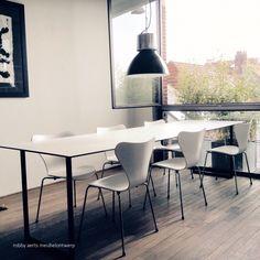robby aerts » meubel interieur architectuur » tafel 1 opdracht: strakke minimalistische tafel  blad: vervaardigd uit volkern zwarte kern met witte toplaag poten: geboend staal