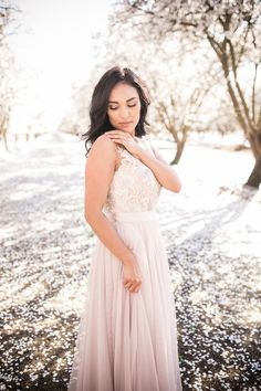 Calm facial expression, natural setting, light and pale colors Natural Light Photography, Fashion Photography, Photography Ideas, Bridesmaid Dresses, Wedding Dresses, Style Guides, Style Me, Vegas Showgirl, Flower Girl Dresses