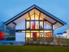 HUF Haus modum: 8:10 • Fachwerkhaus von HUF HAUS • Modernes Einfamilienhaus mit offener Galerie, Ankleide und umlaufender Oberlichtverglasung.