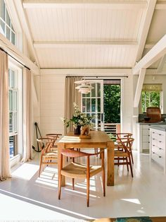 House Tour :: This Seaside Cottage in Maine is Basically My Dream Home. organic wood and creamy walls in a simple dining room Vogue Living, Layout Design, Design Ideas, Cafe Design, Decoracion Vintage Chic, House By The Sea, Home And Deco, Dining Room Design, Dining Set