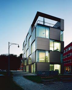 nik-office-building // Fajne, kameralne sąsiedztwo i fajne, kameralne miejsce do pracy w biurze. / Cool, intimate neighborhood and cool, cozy place to work in the office.