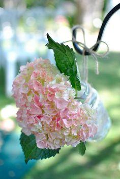 Zo simpel maar zo mooi!Bol hortensia in een flesje en eventueel ophangen met een simpel touw.
