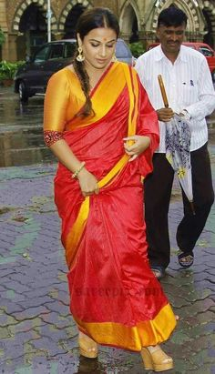 Vidya balan in raw mango silk saree at handicrafts exhibition launch in Mumbai.Paired with yellow blouse, Amarapali gold jhumkas finished her look. Bollywood Sarees Online, Bollywood Fashion, Cotton Saree Designs, Saree Blouse Designs, Indian Silk Sarees, Indian Beauty Saree, Beautiful Bollywood Actress, Most Beautiful Indian Actress, Indian Fashion