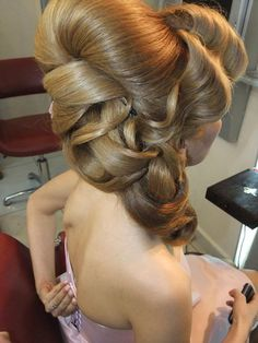 Vintage Hairstyles Updo Great hairstyle, with a little vintage look. Classic Hairstyles, Fancy Hairstyles, Vintage Hairstyles, Wedding Hairstyles, Competition Hair, Blonde Updo, Dramatic Hair, Teased Hair, Hair Up Styles