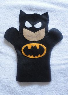 Felt Puppet Batman- cute idea for party favor Felt Puppets, Puppets For Kids, Felt Finger Puppets, Puppet Patterns, Felt Patterns, Puppet Crafts, Felt Crafts, Animal Hand Puppets, Felt Quiet Books