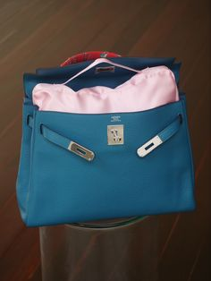 Yes... This kelly bag is looking good when the owner use bag shappee from keever  LINE: keever.id