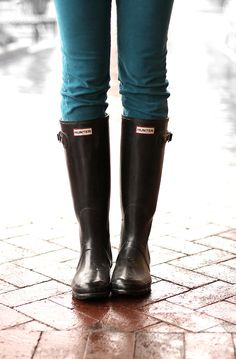 Jessica Quirk, Rainy Day Outfit, What I Wore, What I Wore Jessica, Polka Dot umbrella, J.Crew, Agave Corduroy, Fashion Blog, Style Blog, Personal Style Blogger, Hunter Boots, What to wear with Hunter Boots