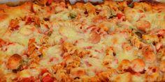 Pastagratin er dejlig enkel hverdagsmad, og denne her er med pølser, løg og peberfrugt samt hakket tomat og smeltet ost på toppen.