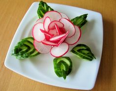 Radieschen eignen sich perfekt für eine Tellerdekoration. Hierwird gezeigt wie aus Radieschen eine Rose gemacht wird, die Sie mit einfachen Schnitten nachbilden können.