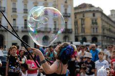 bolle di sapone in città , artista di strada con il bubble puppet show