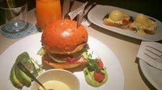 Im Hintergrund: Eggs Florentine - Im Vordergrund: Breakfast Brioche Burger