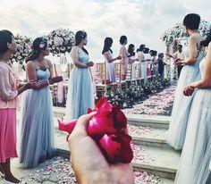 Bless the newlyweds with flower petals ������������ #mrandmrswuu • •• #followalice #followalicetravel #wedding #ayana #momentofhappiness #bali #weddingceremony #flowerpetals #newlyweds #justmarried http://gelinshop.com/ipost/1524421214780981496/?code=BUn1QSjFwD4