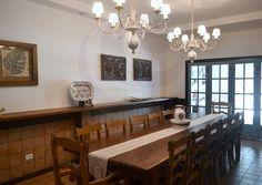 Na sala de jantar, sob dois clássicos chandeliers provençais, a mesa retangular em madeira de lei acomoda até 14 pessoas para as refeições mais formais.