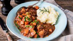 Deilig oppskrift på fransk lammegryte med rotgrønnsaker. Bruk gjerne lammelår eller lammebog. Potetpuré er perfekt som tilbehør til lammegryte.