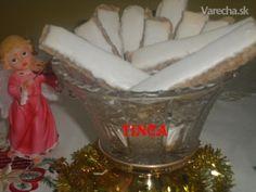 Tento recept mám zdedený po maminke, má snáď viac ako 60 rokov. Orechové štangličky museli byť každé vianoce z dvoch dávok a veru niekedy sa piekli aj druhýkrát k silvestru, tak išli na odbyt.