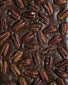 Брауни с пеканом Ингредиенты: - 220 грамм сливочного масла - 100 грамм темного шоколада - 200 грамм сахара - 120 грамм маскарпоне - 3 больших яйца комнатной температуры - 2 ч.л. ванильного экстракта - 60 грамм муки - 55 грамм несладкого какао-порошка - 1/4 ч.л. соли - около 100 грамм орехов пекан