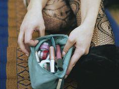 Elimina los gérmenes de tu bolsa de maquillaje