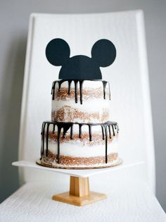 Delicious and adorable Minnie and Mickey Mouse food ideas! Mickey & Minnie Treats and Desserts. If you are throwing a Mickey Mouse party or decorating for a Minnie Mouse birthday bash Pastel Mickey Mouse Niño, Mickey Mouse Food, Mickey Mouse Cupcakes, Mickey Cakes, Mickey Mouse Clubhouse Birthday, Mickey Birthday, 2nd Birthday Parties, Birthday Kids, Mickey Mouse Cake Topper