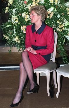 February 1991 Princess Diana speaks with a girl during her participation at The Child Of Achievement Awards Ceremony in The Guildhall Building in London Princess Diana Fashion, Princess Diana Pictures, Lady Diana Spencer, Rose Queen, Princes Diana, Diane, Glamour, Queen Of Hearts, Queen Elizabeth