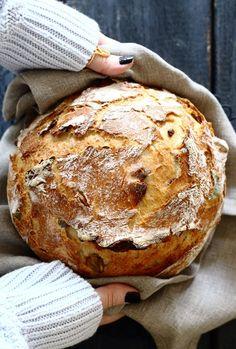 מתכון פשוט וקל ללחם זיתים מדהים עם פנים רך ואוורירי ועם קראסט פריך ומתפצפץ. מתכון מחומרים פשוטים וזמינים שניתן להכין בזריזות וללא זמן תפיחה ארוך.