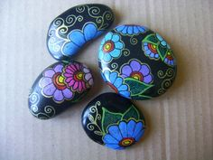 Blue and purple Daisy flowers painted rocks. Blue and purple Daisy flowers painted rocks. Rock Painting Patterns, Rock Painting Ideas Easy, Rock Painting Designs, Pebble Painting, Pebble Art, Stone Painting, Rock Flowers, Daisy Flowers, Bright Flowers