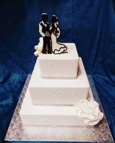 Wedding cake in white... topper black&white Chantilly con fragoline di bosco