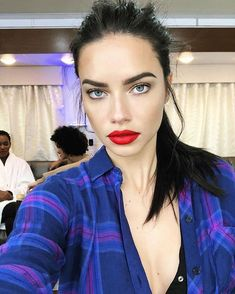 Adriana Lima on Eating Healthy While Traveling and Wearing Makeup at the Gym – Celebrities Woman Adriana Lima Style, Pelo Adriana Lima, Adriana Lima Outfit, Adriana Lima Makeup, V Model, Diy Beauty Secrets, Provocateur, Brazilian Models, Neutral Makeup