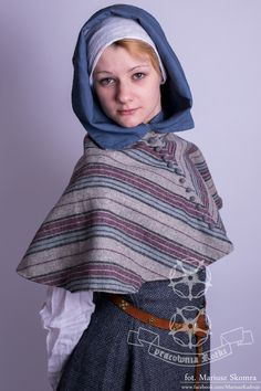 Woolen women's hood with lining and textile buttons.