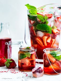 Erdbeer-Minz-Sirup mit Erdbeer-Eiswürfeln