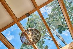Terrasse mit Glasdach und Blick auf die Bäume im Garten. Fair Grounds, Design, Travel, Glass Roof, Garten, Pictures, Voyage, Viajes, Traveling