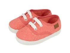 Funes / Zapatillas deportivas de bebé en color coral con cordones blancos. Corte y forro en textil. Sneakers de niña en un color muy alegre y veraniego para los looks más coloridos de tu bebé.