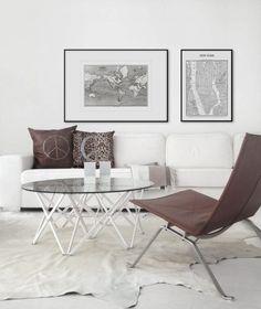 Inredning till vardagsrum. Vit soffa med bruna detaljer. Sober inredningsstil.