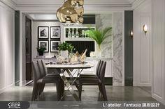 新古典風格的絕佳品味,以及細膩工藝手法,總是令人愛不釋手,而設計師在乾淨俐落的黑白色系中,加入曲線圓潤的燈盞佐飾,即使是難以駕馭的金色細節,也能與摩登典雅的氛圍巧妙交融,點綴藝術氣質。 玄關處以比例相當的黑白地磚勾勒幾何輪廓,營造俐落時尚個性,一進門便令人印象深刻,側邊安排為衣帽間,類巴士門的設計在開闔門板時,可更加節省空間。客廳與餐廳利用開放式空間連貫寬闊尺度,木地板以人字拼方式鋪排,承載彷彿歐洲貴族的人文意象。餐桌天花設置三種不同大小的 MOT CASA 金色圓形燈飾,從黑白二元的色調中脫穎而出,渲染精緻而溫暖的光度,創造具人文溫度的藝術主視覺。主臥衛浴以石紋磚取代沉重石材,並加設純白木百葉窗,使整體風格營造上更加完整一致;客浴則鋪上復古花磚,讓絢麗花紋恣意蔓延,增添獨特氣質。 小編的最愛 設計師在天花板與牆面的交接處,也特意點綴線板典雅的裝飾紋,讓整體空間更加優雅迷人,搭配藝術感的燈光,連細節都相當完美!