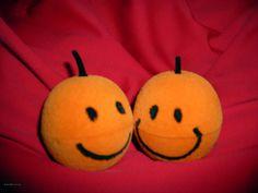 Zwei fröhliche Mandarinen. Symbol für eine besondere Freundschaft. Eine davon steht gerade auf dem Fensterbrett und lächelt mich an.