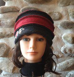 Chapeau pour femme rouge et gris avec fleurs brodées par knitvalley