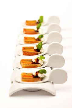 Tomato and basil terrine with whipped goats cheese. Love love love these delicate spoons. Finger Food Appetizers, Appetizers For Party, Appetizer Recipes, Whipped Goat Cheese, Tapas Menu, Michelin Star Food, Le Diner, Molecular Gastronomy, Food Presentation