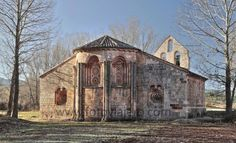 Iglesia románica de Albendiego - Vista del ábside y la espadaña #albendiego #románico #ábside #guadalajara