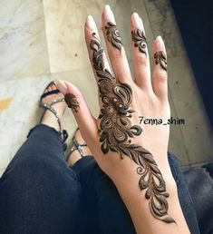 Mehndi design makes hand beautiful and fabulous. Here, you will see awesome and Simple Mehndi Designs For Hands. Modern Henna Designs, Floral Henna Designs, Finger Henna Designs, Stylish Mehndi Designs, Beautiful Henna Designs, Henna Tattoo Designs, Khafif Mehndi Design, Mehndi Design Pictures, Best Mehndi Designs